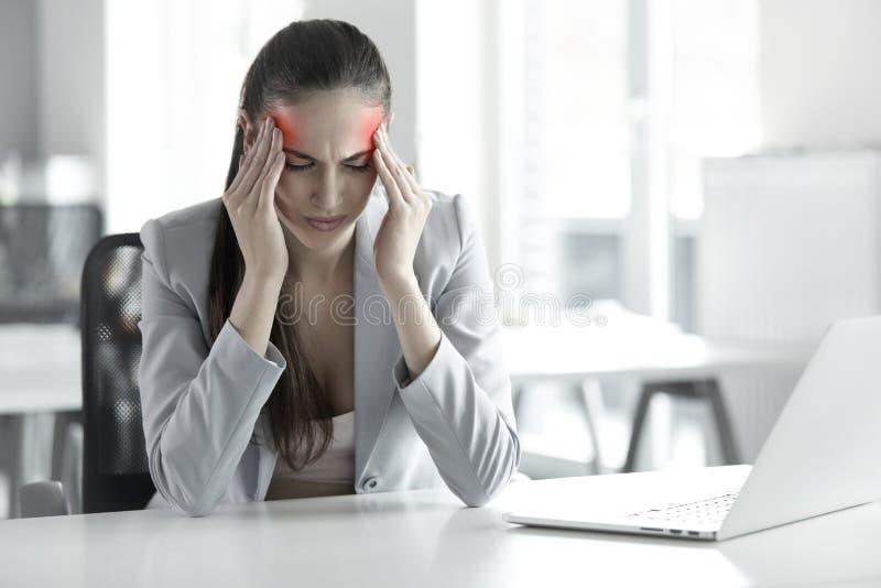 Dolor de cabeza y tensión en el trabajo Retrato de la mujer de negocios joven en imágenes de archivo libres de regalías