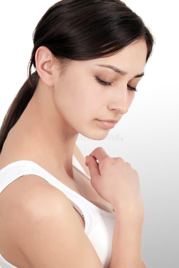 Dolor de cuerpo Dolor hermoso en codos, brazo doloroso de la sensación de la mujer fotografía de archivo libre de regalías