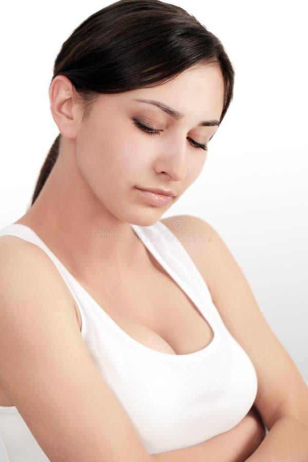 Dolor de cuerpo Mujer que siente dolor agudo en codos Retrato del sufrimiento femenino joven hermoso de la sensación dolorosa en  fotos de archivo libres de regalías