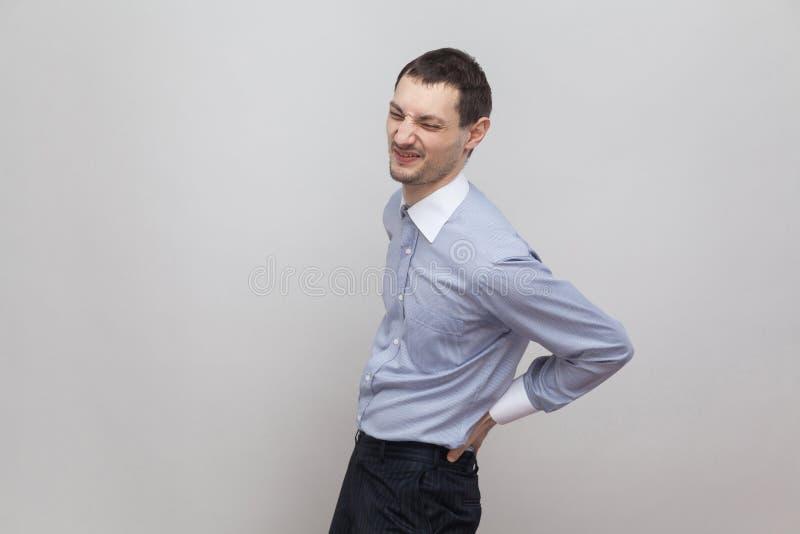 Dolor de la espina dorsal, de la parte posterior o del riñón Retrato de la vista lateral del perfil del hombre de negocios hermos fotos de archivo