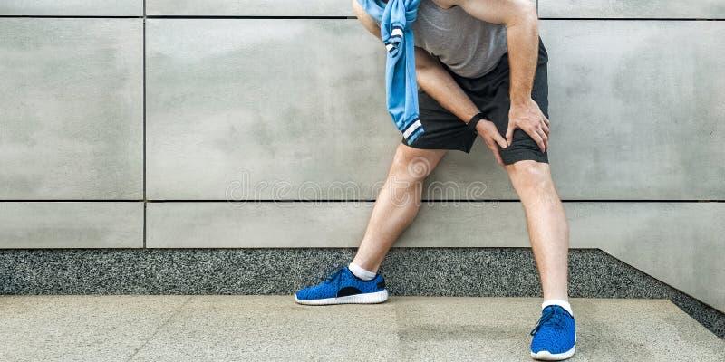 Dolor de la rodilla y lesión del deporte fotografía de archivo