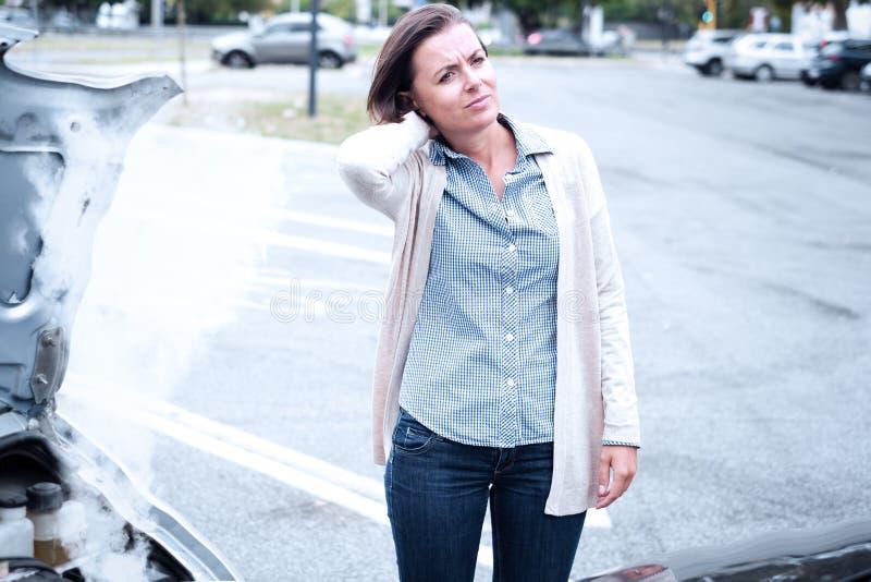 Dolor de la sensación de la mujer después del accidente de tráfico en la ciudad imagen de archivo