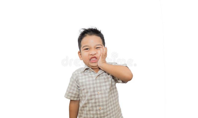 Dolor de muelas asi?tico del muchacho que toca la boca con la mano en el fondo blanco foto de archivo libre de regalías