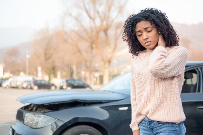 Dolor de sensación del accidente de tráfico y de la mujer negra foto de archivo