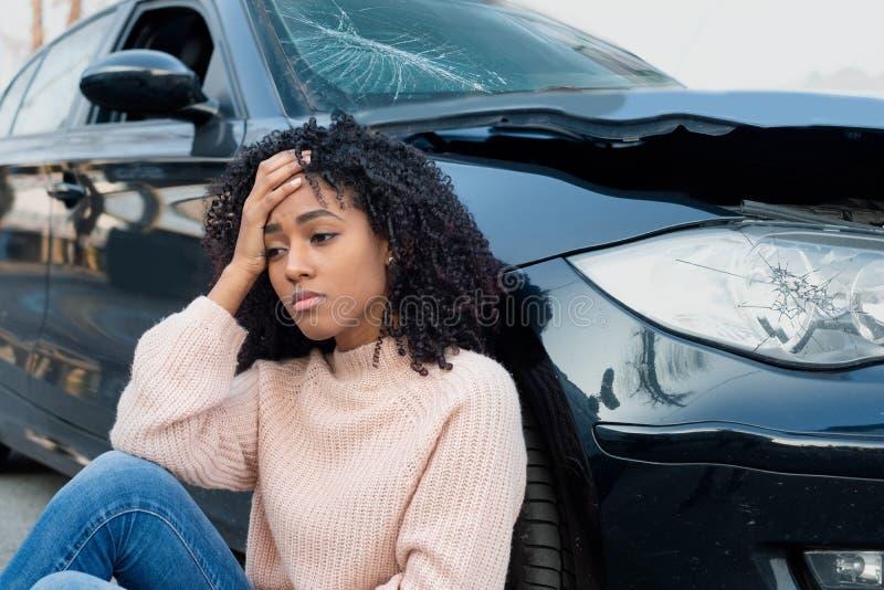 Dolor de sensación del accidente de tráfico y de la mujer negra fotos de archivo