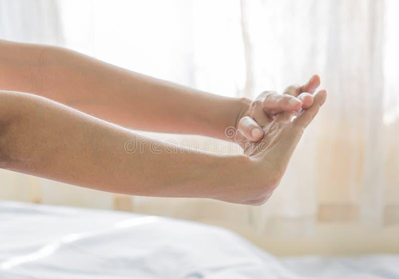 Dolor del brazo de mujeres mayores foto de archivo libre de regalías