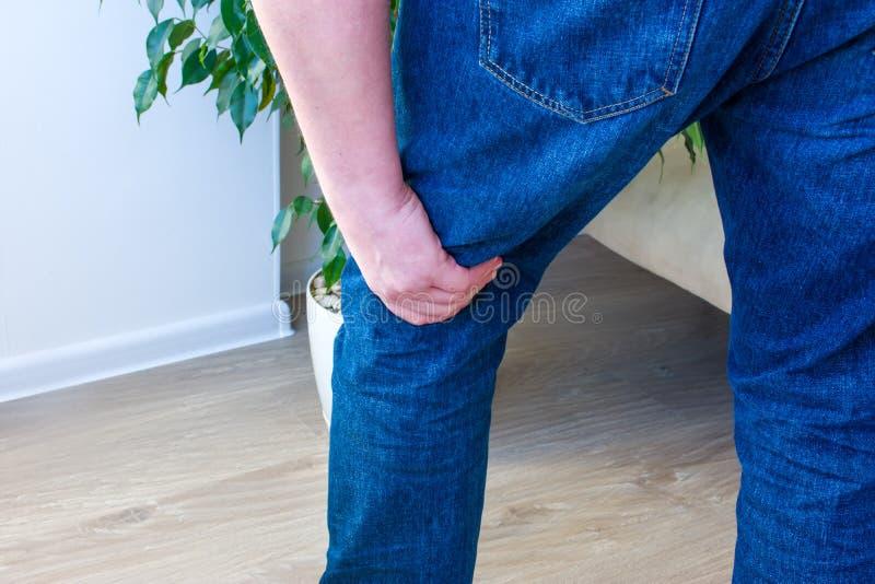 Dolor del concepto de la foto en fosa popliteal o la parte posterior de la rodilla, de las juntas de rodilla o de los ligamentos, fotos de archivo libres de regalías