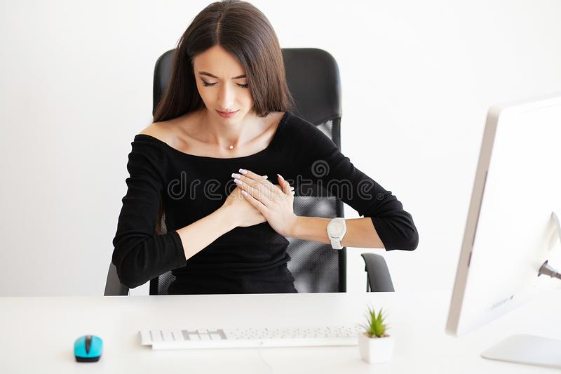 Dolor del corazón Concep del cuidado de la atención sanitaria de la salud Corazón de la mujer de negocios foto de archivo