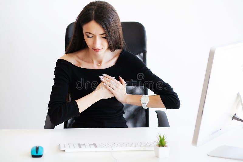 Dolor del corazón Concep del cuidado de la atención sanitaria de la salud Corazón de la mujer de negocios fotografía de archivo libre de regalías