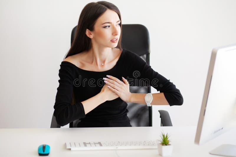 Dolor del corazón Concep del cuidado de la atención sanitaria de la salud Corazón de la mujer de negocios fotografía de archivo