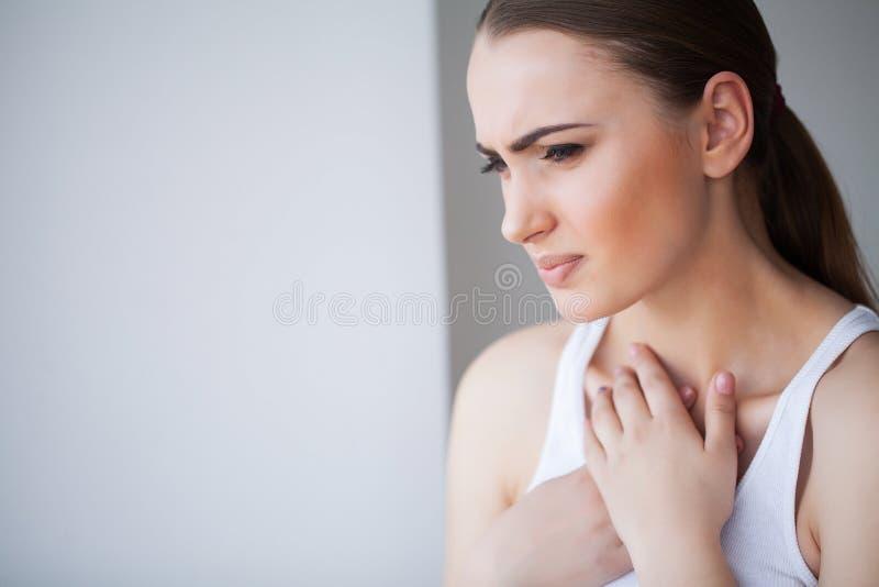Dolor del corazón Mujer hermosa que sufre de dolor en problemas de salud del pecho fotos de archivo