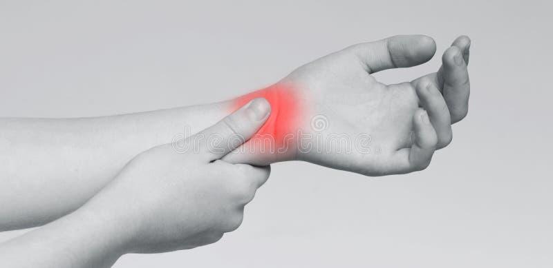 Dolor del t?nel del Carpal Mujer que da masajes a la mu?eca dolorosa imágenes de archivo libres de regalías