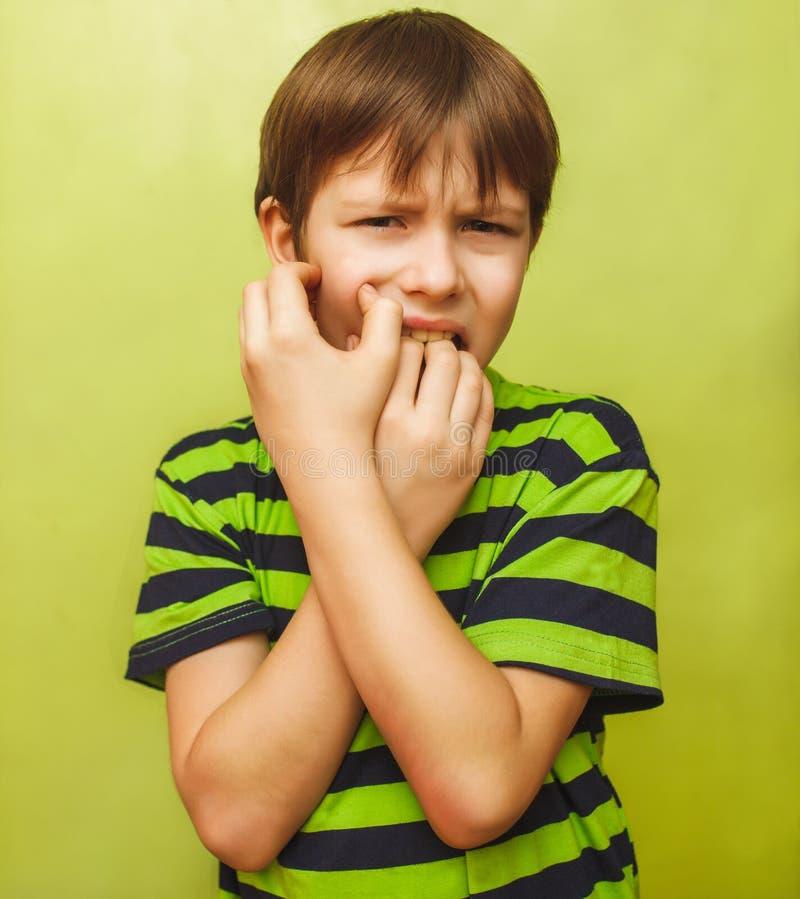 Dolor en boca, dolor dental, holdin del dolor de muelas del muchacho del niño del muchacho fotos de archivo