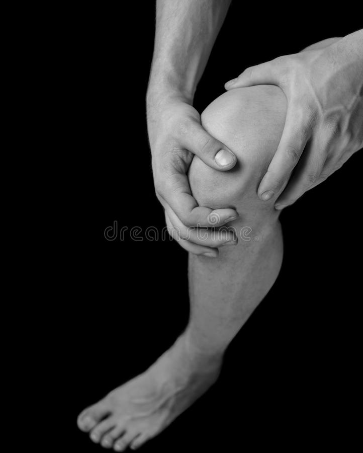 Dolor en la junta de rodilla masculina fotos de archivo libres de regalías