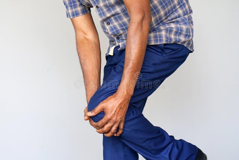 Dolor en las rodillas de un hombre fotografía de archivo libre de regalías