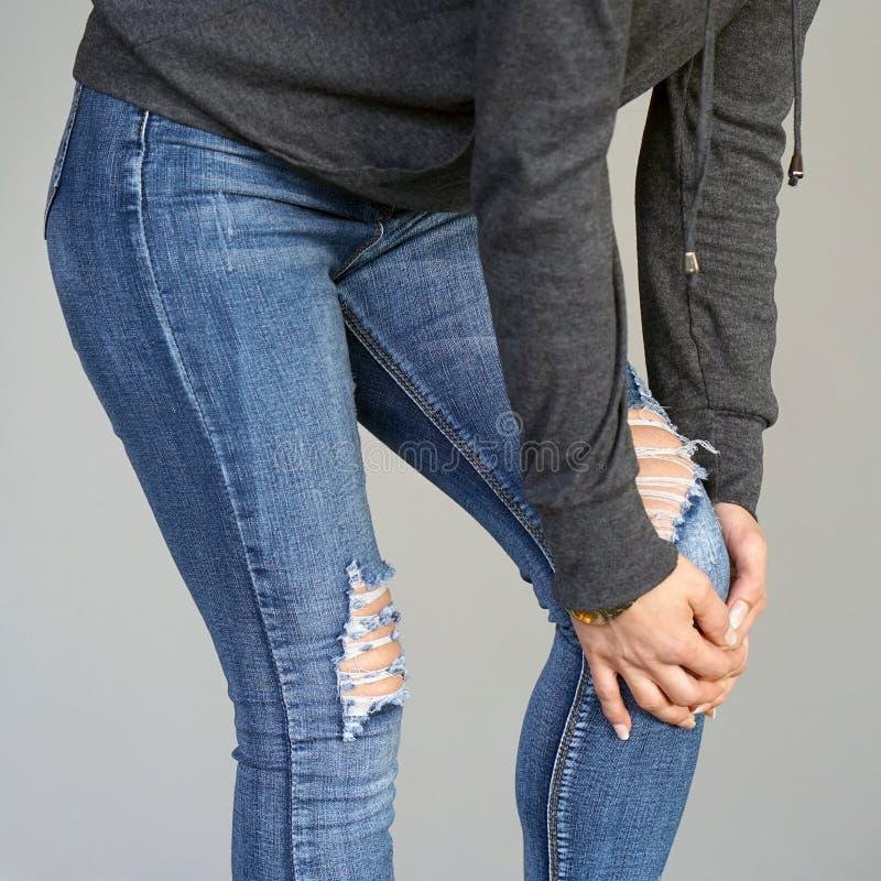 Dolor en las rodillas de una mujer fotos de archivo