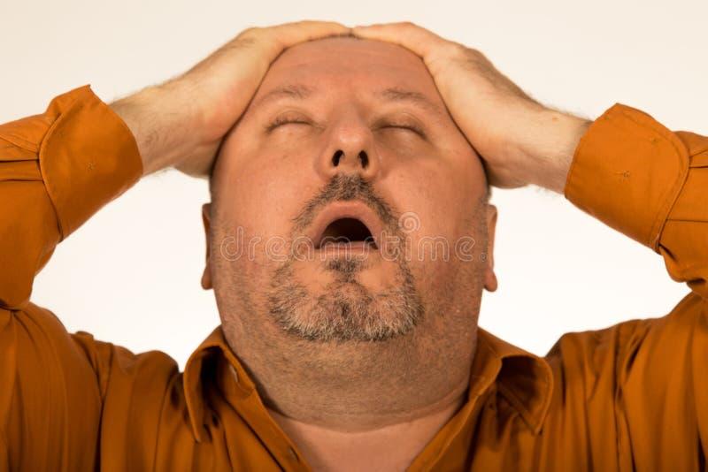 dolor Hombre gordo/gordo que sufre de un dolor de cabeza imagen de archivo libre de regalías