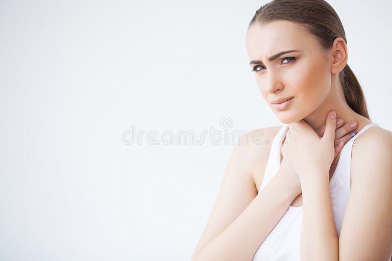 dolor La sensación hermosa de la mujer joven enferma y tiene un dolor en el cuello imágenes de archivo libres de regalías