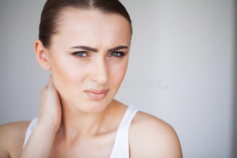 dolor La sensación hermosa de la mujer joven enferma y tiene un dolor en la N fotos de archivo