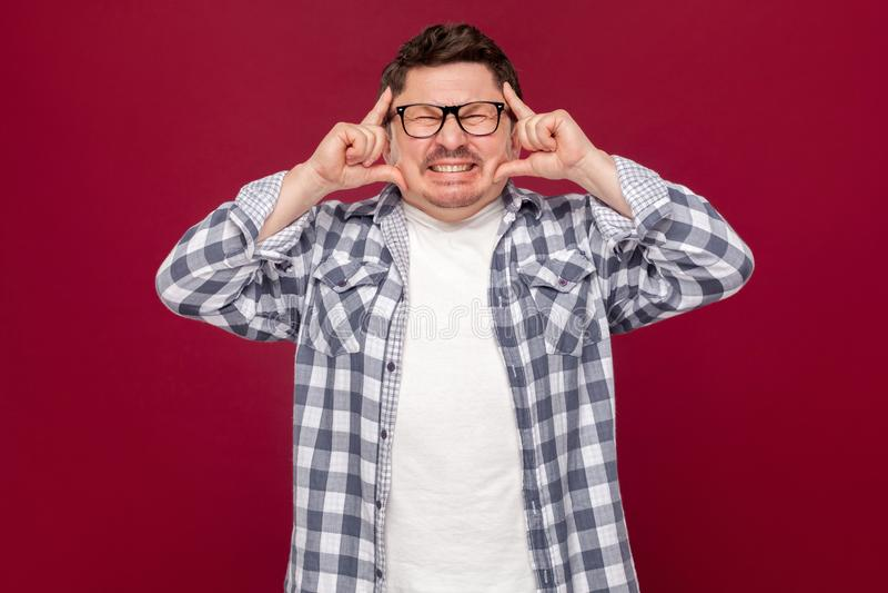 Dolor o confusión del dolor de cabeza Retrato del hombre de negocios envejecido medio confuso en la situación a cuadros casual de imagen de archivo libre de regalías