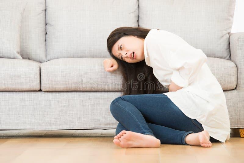 Dolor sufridor del dolor de estómago de la enfermedad de la mujer fotos de archivo