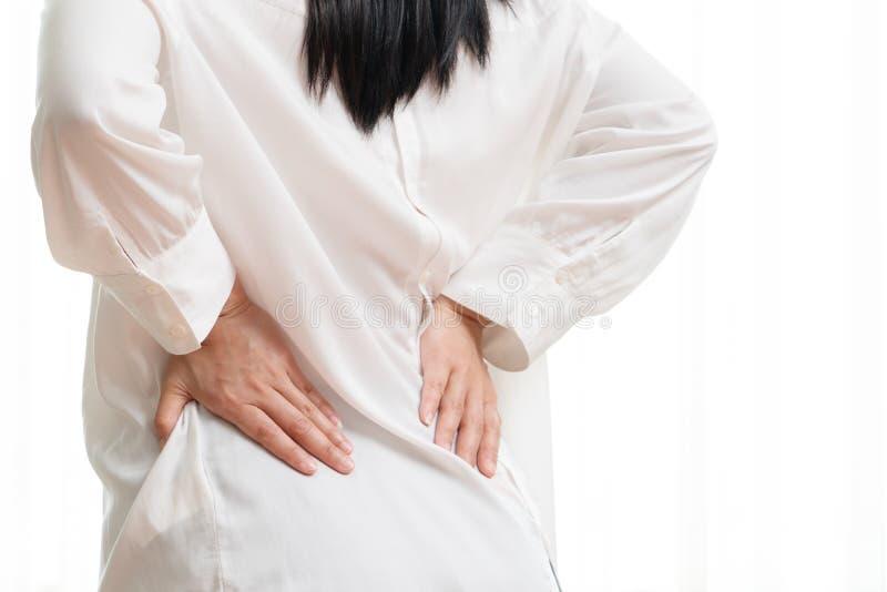 Dolore alla schiena a casa le donne soffrono dal mal di schiena Sanit? e concetto medico fotografia stock libera da diritti