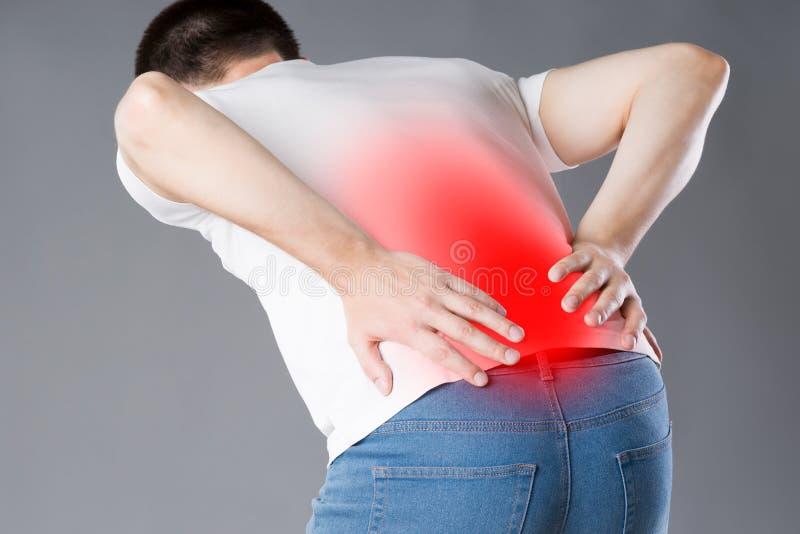 Dolore alla schiena, infiammazione del rene, uomo che soffre dal mal di schiena immagini stock libere da diritti