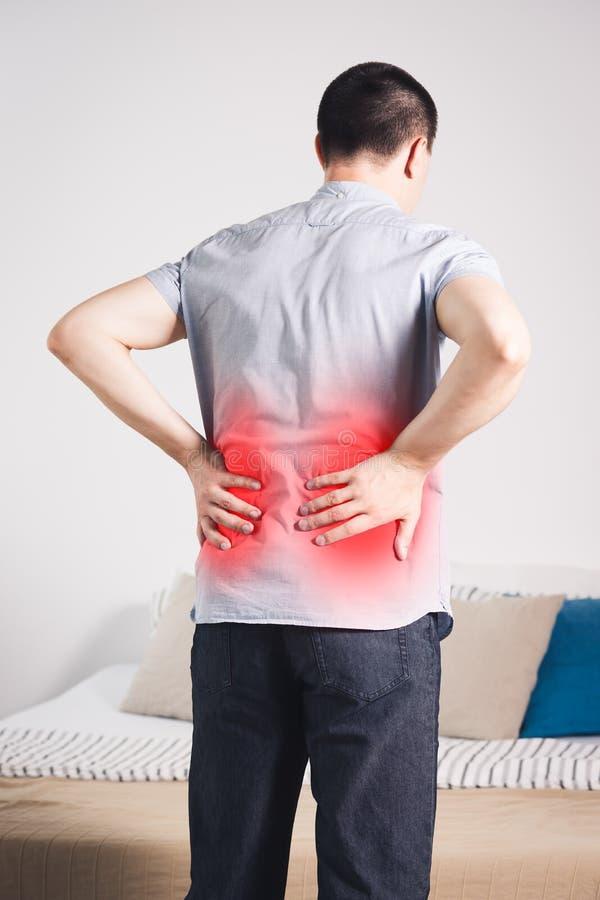 Uomo che soffre dal dolore alla schiena sul letto fotografia stock immagine di nazionale - Mal di schiena letto ...