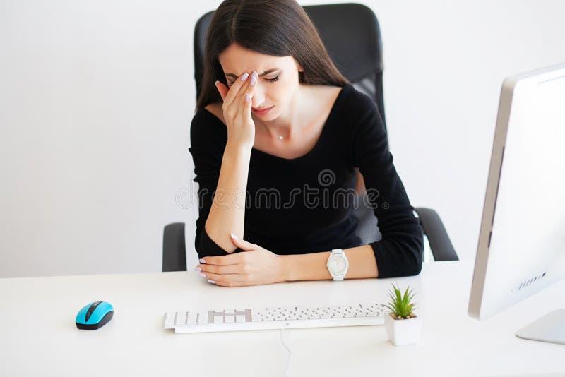 dolore Bella donna di affari che soffre sul suo ufficio fotografia stock libera da diritti