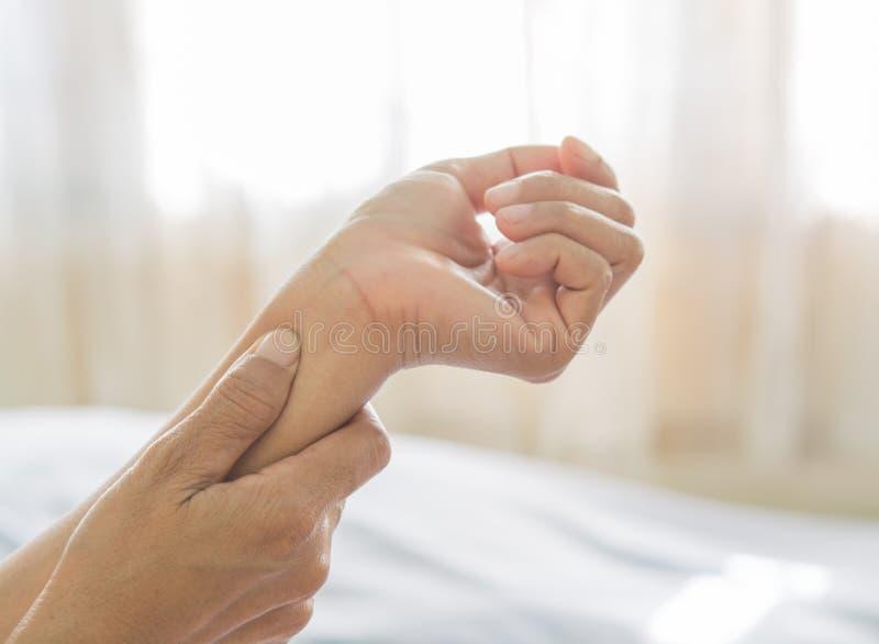 Dolore del braccio delle donne anziane immagini stock