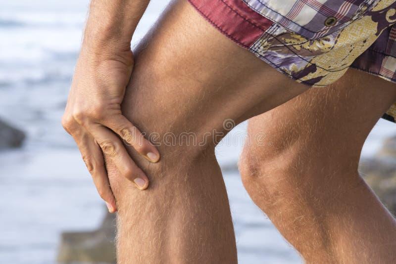 Dolore del cappuccio del ginocchio immagine stock libera da diritti