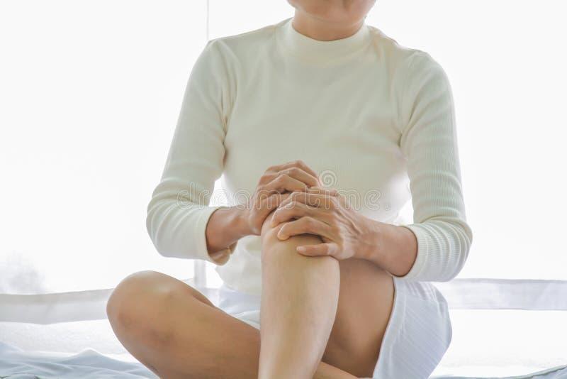 Dolore del ginocchio in donne anziane immagine stock