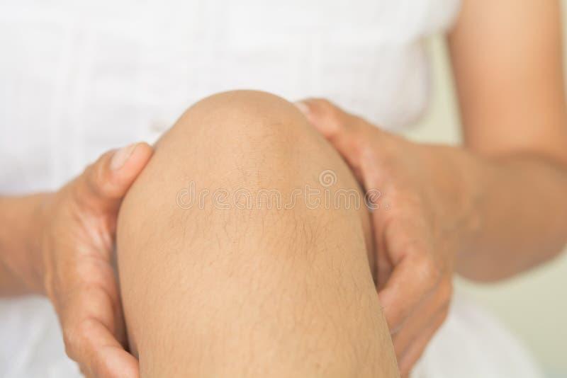 Dolore del ginocchio e terapia di massaggio, ossa del ginocchio fotografie stock libere da diritti