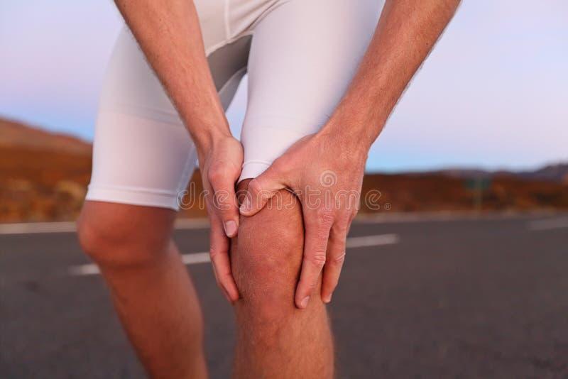 Dolore del ginocchio - eseguire lesione di sport immagine stock libera da diritti