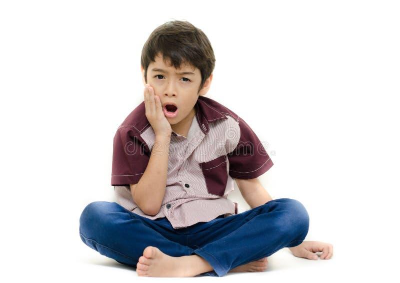 Dolore del ragazzino i suoi denti su bianco fotografie stock libere da diritti