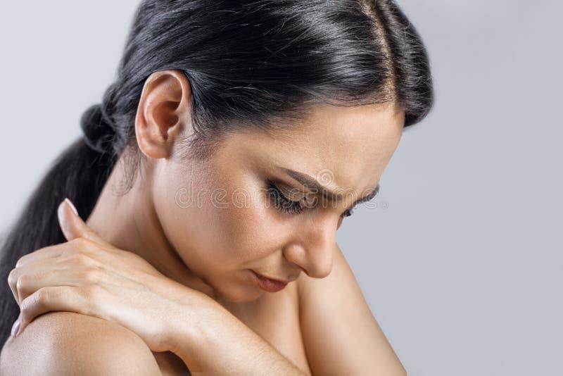 Dolore della gola Primo piano della donna malata con la gola irritata che ritiene cattiva, immagini stock libere da diritti