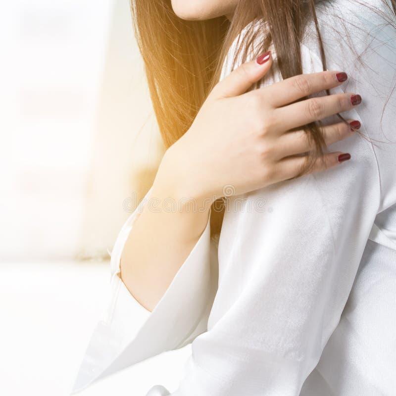 Dolore della spalla delle donne immagine stock