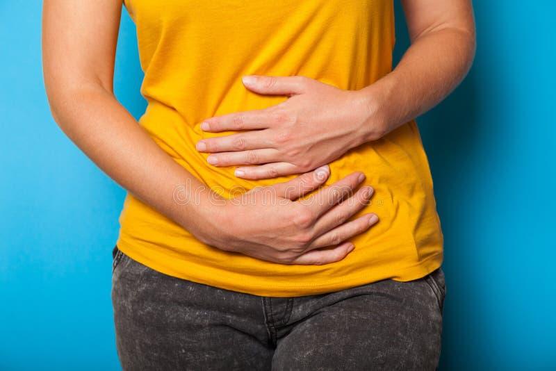 Dolore di Pms, dolore di stomaco Sindrome di endometriosi, concetto di diarrea fotografia stock