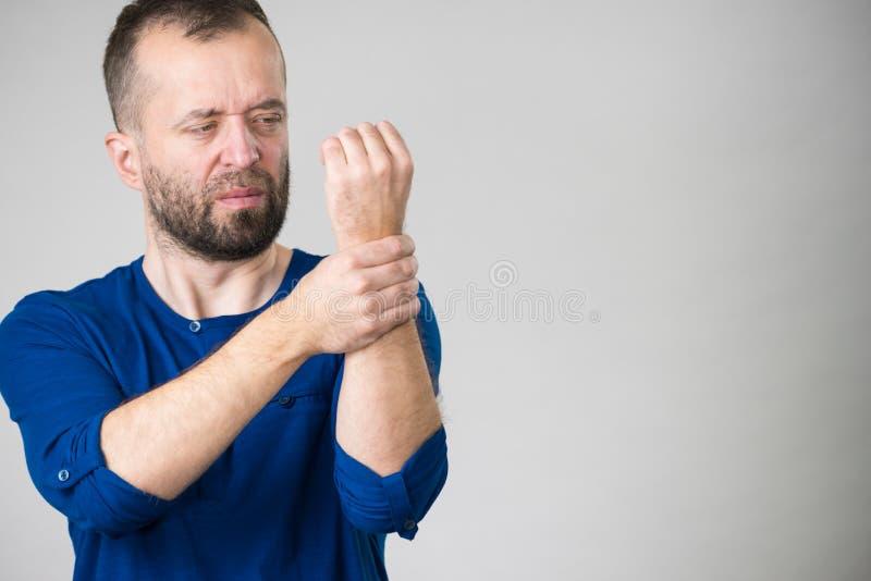 Dolore di sensibilità dell'uomo in polso immagine stock