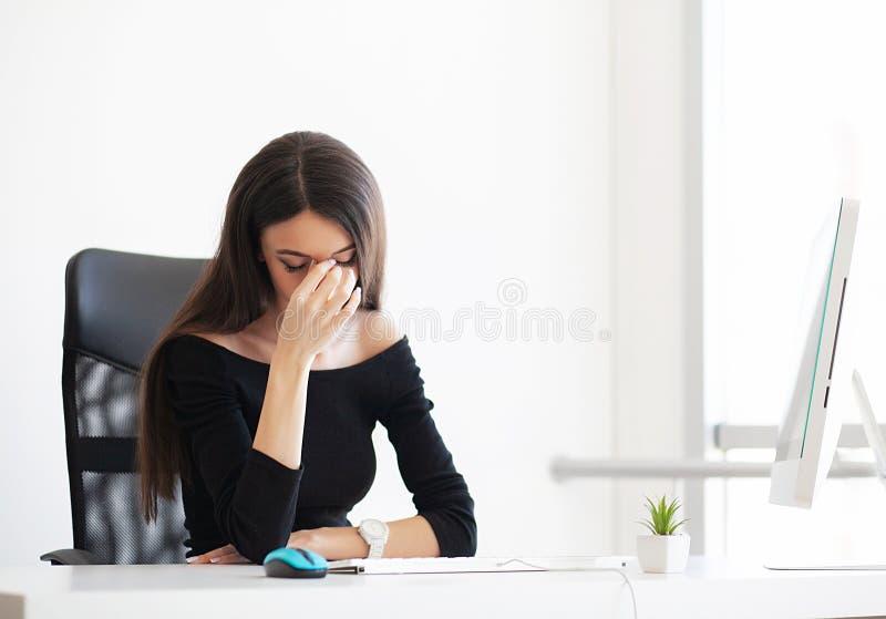 dolore Donna depressa di affari La bella ragazza si siede in immagini stock libere da diritti
