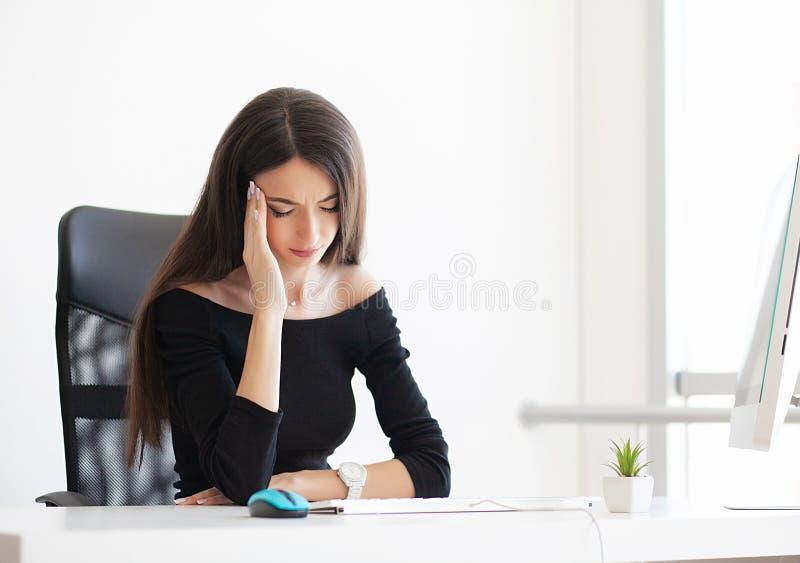 dolore Donna depressa di affari La bella ragazza si siede in fotografia stock