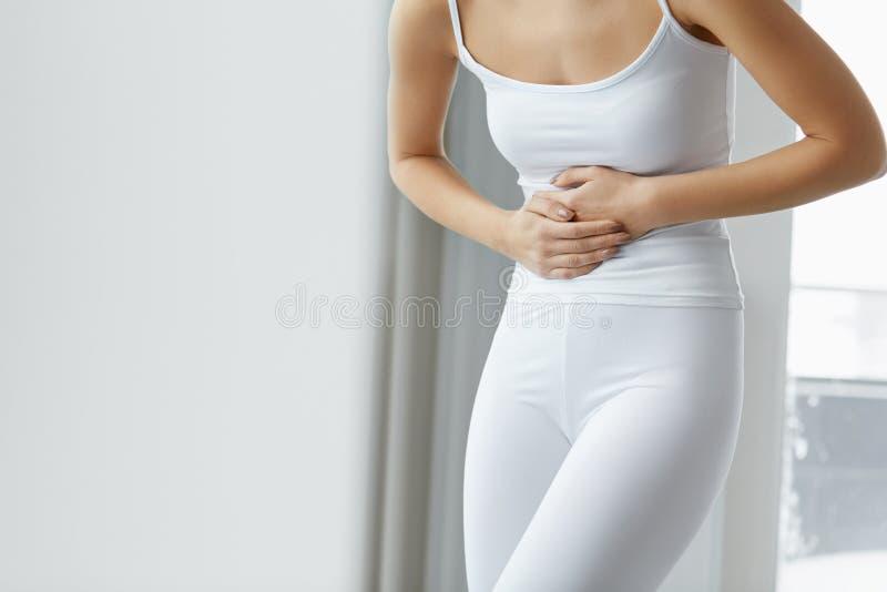 Dolore femminile Bello mal di stomaco di sensibilità di corpo della donna del primo piano fotografia stock libera da diritti