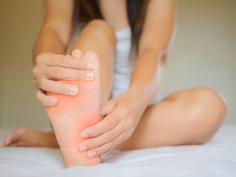 Dolore femminile del piede, concetto di sanità fotografia stock