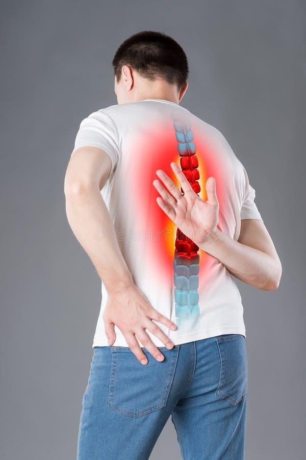 Dolore nella spina dorsale, un uomo con il mal di schiena, lesione nella parte posteriore umana, concetto di trattamenti di chiro immagini stock libere da diritti