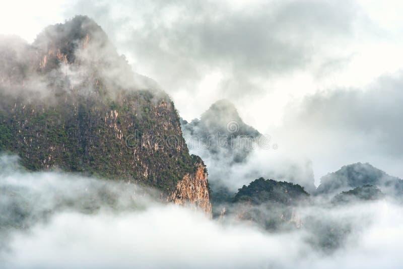 Dolt överst berg för moln och för dimma arkivbild