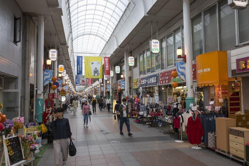 Dolt shoppinggalleri Kawabata Shotengai i längd av i stadens centrum Fukuoka fotografering för bildbyråer
