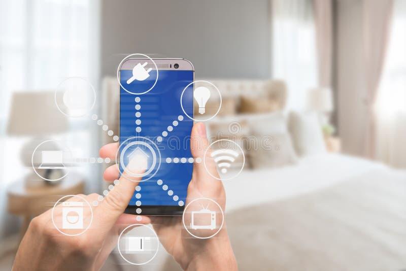 Domótica esperta app na tabuleta com interior home no backgr foto de stock royalty free
