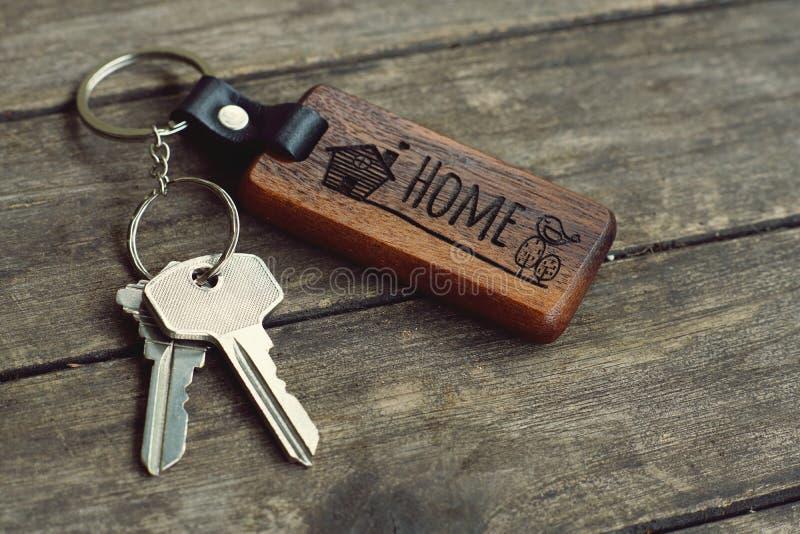 Domów klucze z drewnianym domem wpisuje na drewno stole, kopii przestrzeń, majątkowy pojęcie zdjęcie royalty free