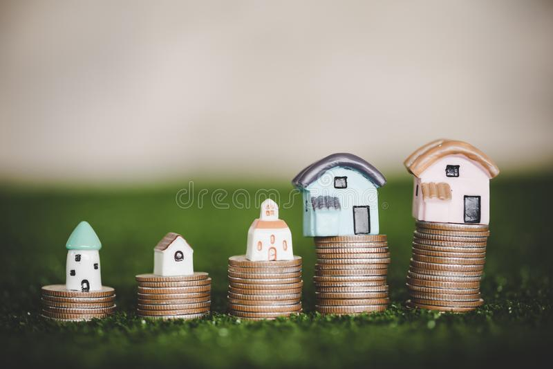 Domów modele umieszczający na górze brogować monet z rzędu zdjęcie royalty free