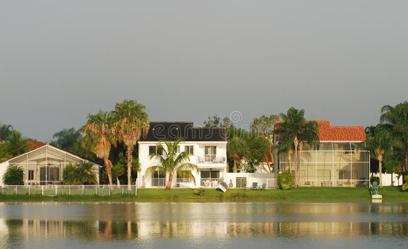 domów nad jezioro. zdjęcie stock